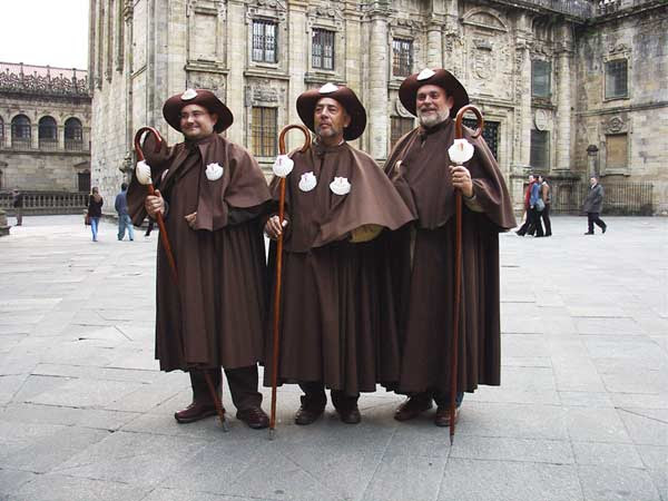 Tres peregrinos con el atuendo típico