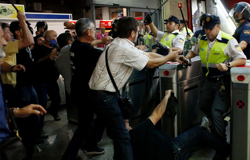 Guardias de seguridad y la Policía cargan contra los piquetes. REUTERS/Susana Vera