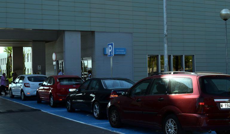 Desde septiembre el acceso principal del hospital pasa de 5 a 8 plazas para personas con movilidad reducida, mientras que las Urgencias cuentan con dos