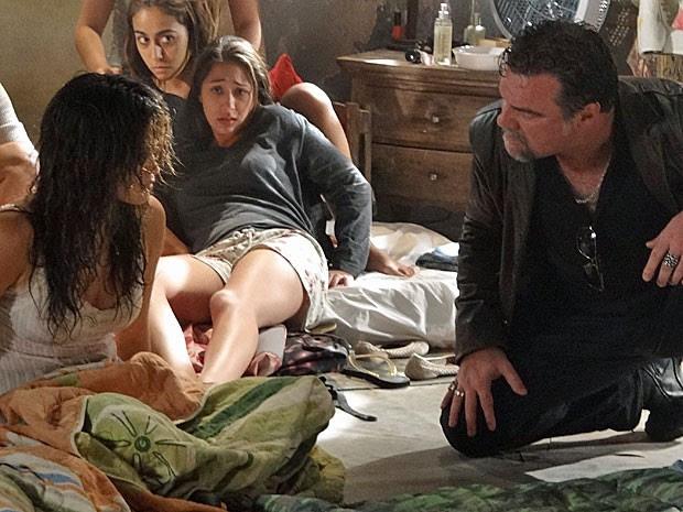 Morena volta para o quarto das traficadas (Foto: Salve Jorge/TV Globo)