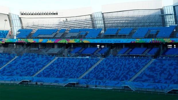 Assentos móveis do setor Sul da arena ainda estão sendo instalados (Foto: Augusto Gomes/GloboEsporte.com)