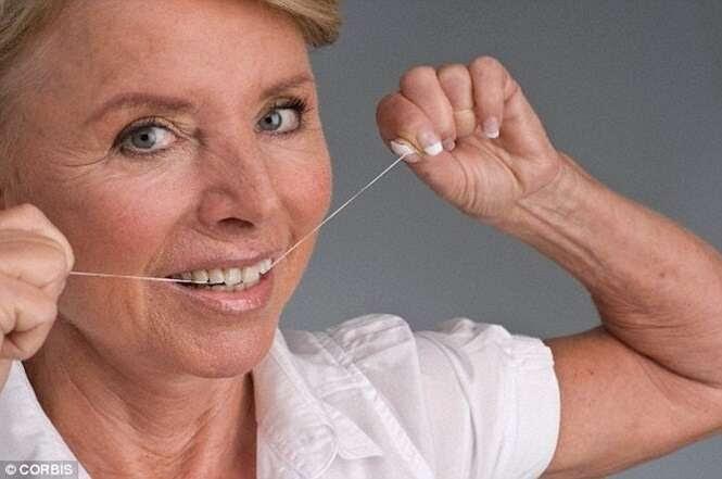 Mulher sofre infecção nos joelhos após uso de fio dental