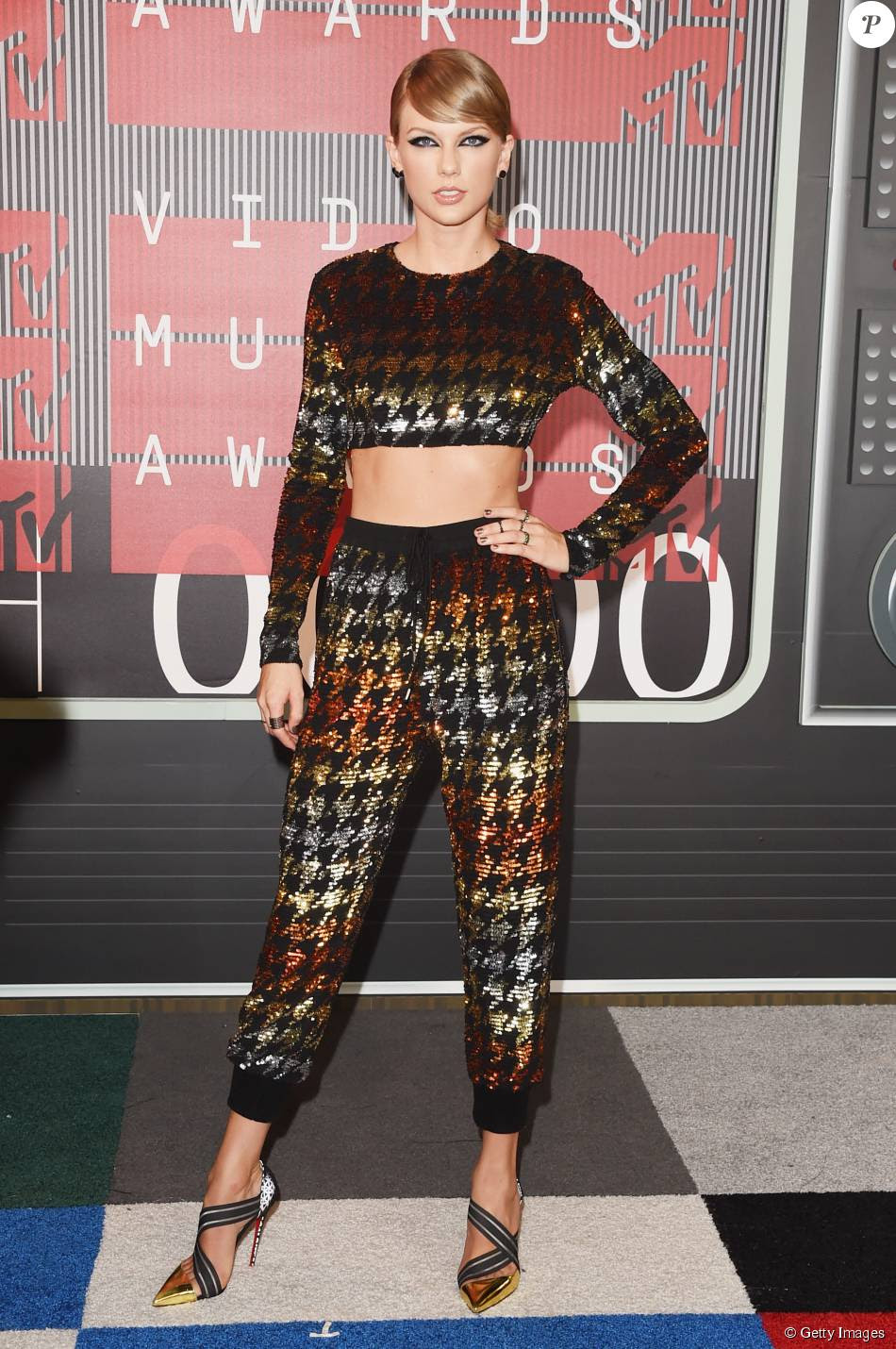 Taylor Swift escolheu conjunto de calça e top cropped com brilhos por Ashish para o VMA 2015, neste domingo, 30 de agosto de 2015