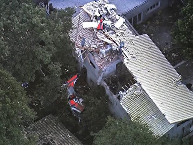 Destroços de um helicóptero são vistos sobre um imóvel na Grande São Paulo. Segundo os bombeiros 4 pessoas morreram no acidente (Foto: Reprodução/GloboNews)