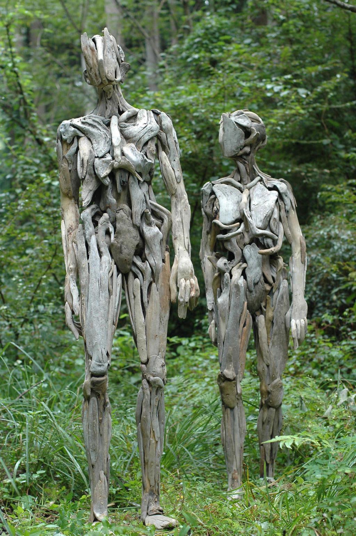 As inquietantes esculturas feitas com detrito de madeira no meio de bosque pelo japonês Nagato Iwasaki 01