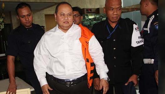 Politikus PDIP, Ketua Komisi XI DPR, Emir Moeis, saat digelandang oleh petugas KPK menuju ke mobil tahanan. Emir enggan memakai seragam tahanan KPK, dan hanya menggantungkan baju penjara warna orange tersebut ke bahunya.