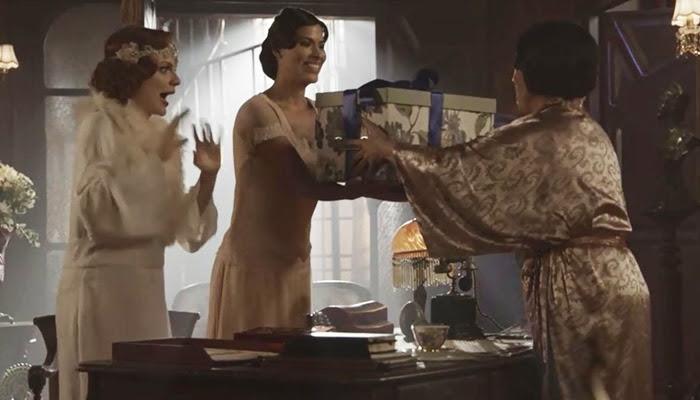 """Lucerne (Regina Duarte) recebe """"presente"""" de José Augusto (Tony Ramos) (Foto: Divulgação/Globo)"""