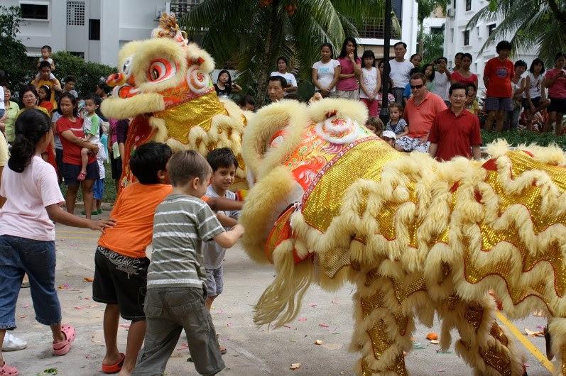 Празднование Нового года в Таиланде. Костюмированные львы. Фото