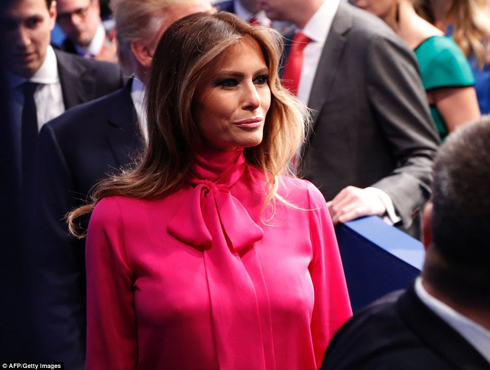 Melania Trump é visto caminhando longe do palco após a conclusão do segundo debate presidencial na noite de domingo
