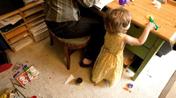 As crianças estranham quando os pais trabalham em casa: saiba como enfrentar isso (Foto: Reprodução)