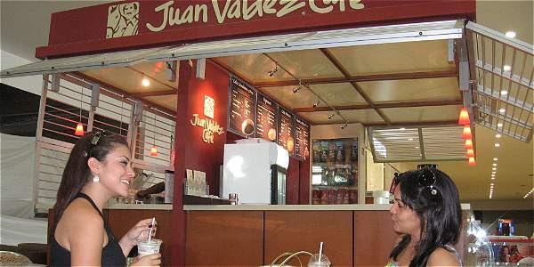 La marca  de más presencia en los centros comerciales es Juan Valdez Café, que de sus 224 establecimientos abiertos al público en el país tiene allí 115 (el 51,3 por ciento).