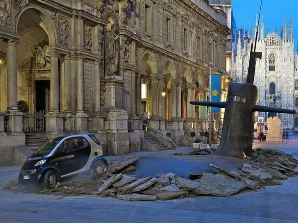 بالصور.. غواصة تخترق شوارع ميلانو الإيطالية