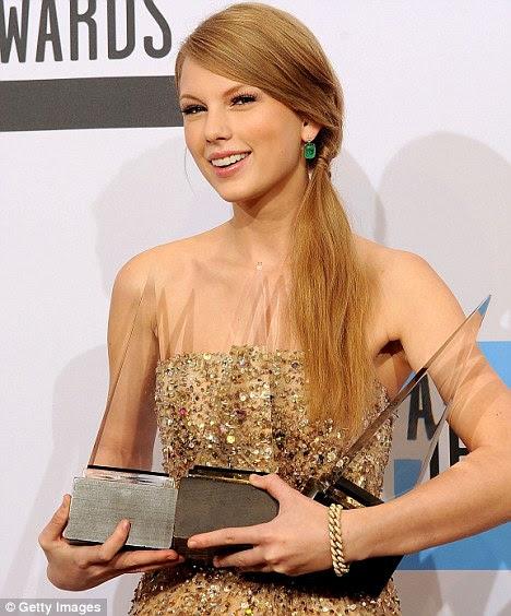 Grande vencedor: A loira ganhou três prêmios no American Music Awards na noite de domingo