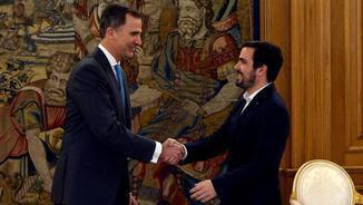 Felip VI i Alberto Garzón se saluden abans de la reunió que han mantingut aquest dilluns (EFE)