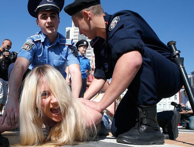 ativistas fazem protesto na final da EURO (Foto: AP)