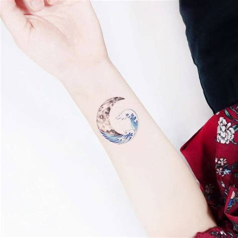 deep blue sea   crescent moon floated small