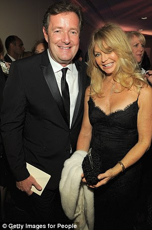 Schooze: CNN estrela Piers Morgan e Goldie Hawn parecia de bom humor como eles posaram para um piscar de olhos