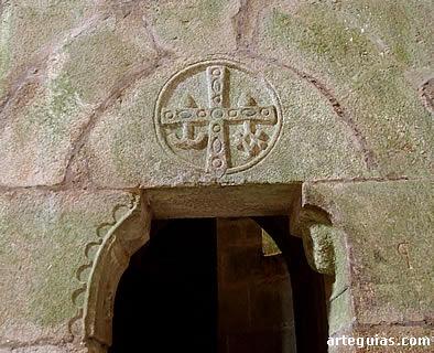 Puerta de acceso a la cripta