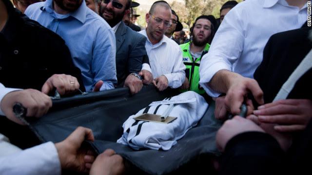 Familieleden en andere rouwenden in Jeruzalem dragen het lichaam van een van de vier slachtoffers van de Toulouse, Frankrijk, school shooting.