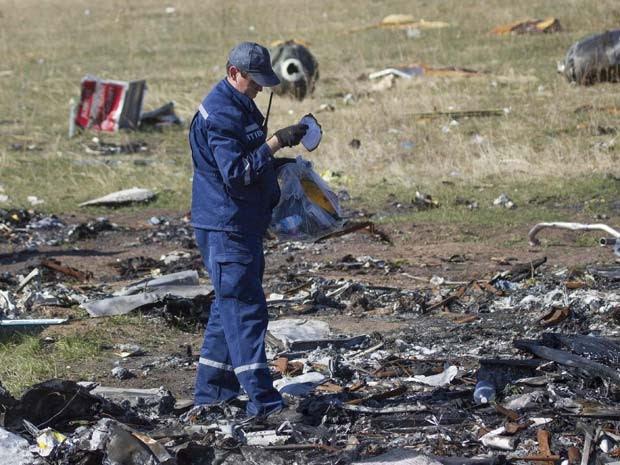 Funcionário do Ministério de Emergências trabalha em local da queda do voo MH17, no leste da Ucrânia, no dia 13 de outubro (Foto: REUTERS/Shamil Zhumatov)