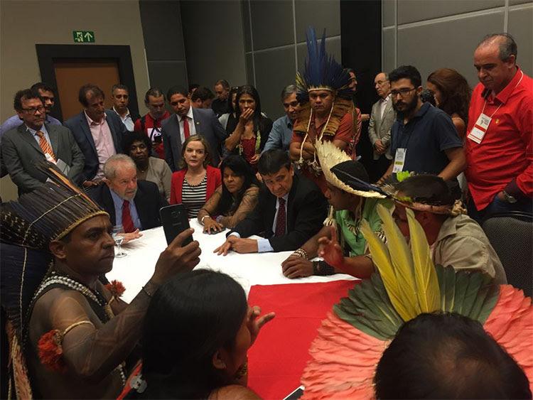 Resultado de imagem para Lula e governador Wellington recebem indígenas em Brasília