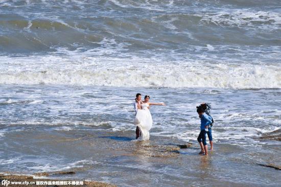 Hình ảnh Hàng trăm cặp đôi đương đầu với siêu bão Dujuan để chụp ảnh cưới số 1