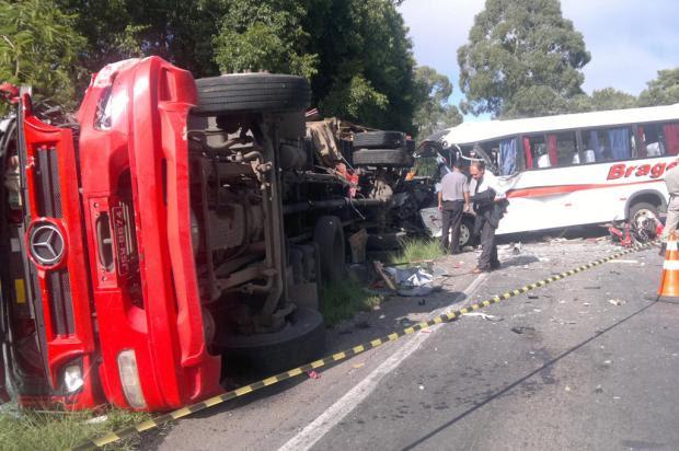 Acidente envolvendo cinco veículos deixa dois feridos e bloqueia trânsito na RS-122, em Flores da Cunha André Fiedler/ Especial/