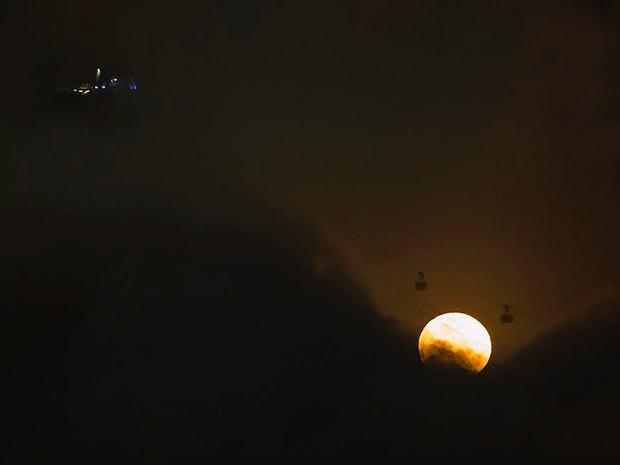 'Lua azul' passa atrás do bondinho do Pão de Açúcar, no Rio (Foto: Marcello Cavalcanti)