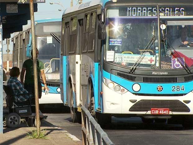 Cadeirante aguarda em ponto de ônibus por coletivo adaptado (Foto: Reprodução EPTV)