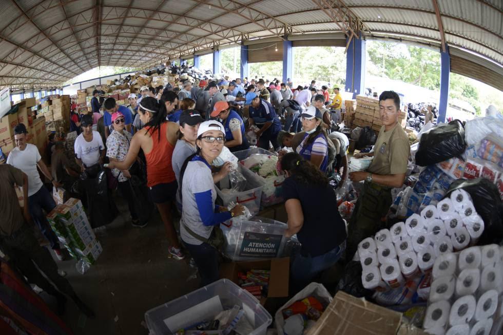 Voluntarios organizan el reparto de raciones a familias vulnerables afectadas por el terremoto del 16 de abril en Ecuador.