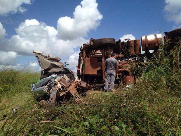 Após acidente, carro de passeio ficou completamente destruído (Foto: Camila Aranha/TV Mirante)