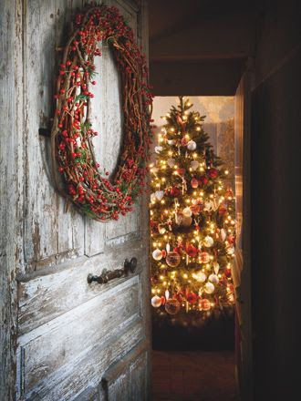 The door, the light...I can almost smell the tree.  Picture Perfect For you ♥ Vintage Christmas