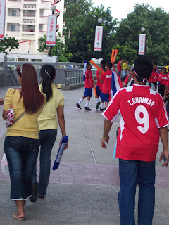 Thai fans outside Rajamangala Stadium