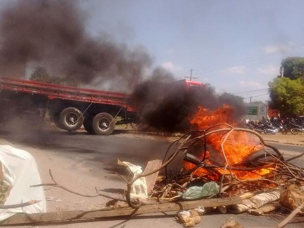 Familiares de presos iniciam barriacada na BR-316 como forma de protesto (Foto: Gustavo Almeida/ G1)