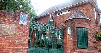 English: The Monash Gates and gatehouse lodge ...