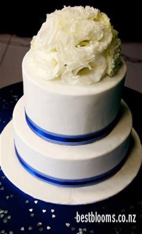 Wedding Cake Flowers  Decorating a Wedding Cake with Fresh