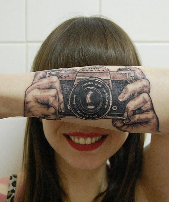 A fotógrafa holandesa Lotte van der Acker, de 24 anos, tatuou em seu braço uma ilusão de ótica