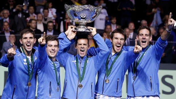 Federico Delbonis, Guido Pella, el capitán Daniel Orsanic, Leonardo Mayer y Juan Martín Del Potro, el equipo campeón y la esquiva Copa Davis, que en Zagreb por fin se rindió