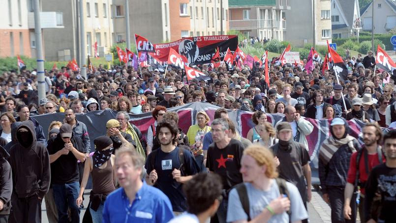 Les activistes défilent à Calais en 2009 pour dénoncer la situation des migrants dans la ville.