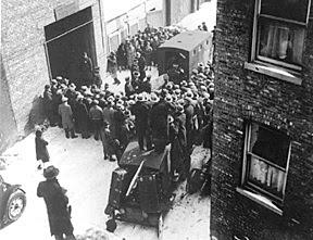 Corpo de das vítimas do Massacre do Dia do São Valentim são realizadas fora.