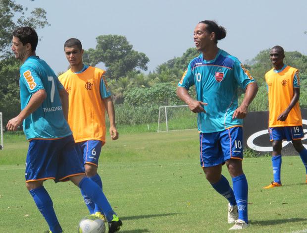 Ronaldinho treino flamengo (Foto: Janir Junior / Globoesporte.com)
