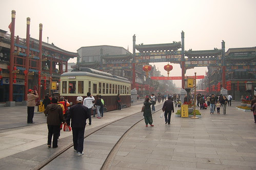 Anfang des Qianmen shopping hutongs in Peking. Renovierte Strassenbahn mit chinesischem Tor