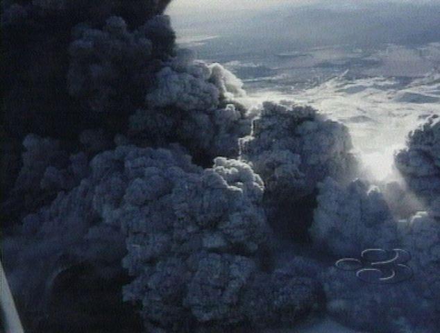 Mount Ruapehu, que também surgiu em Junho de 1996, enviou nuvens de cinzas, vapor e detritos no céu que se erguia uma estimativa de oito quilômetros acima da sua grade