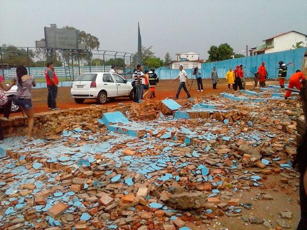 Estudante morre e três se ferem após muro de estádio desabar em Barreiras (Foto: Edivaldo Braga/Blogbraga)