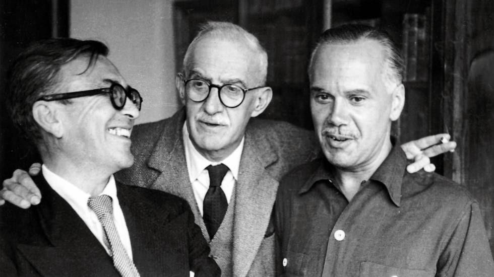 De izquierda a derecha, Emilio Prados, José Moreno Villa y Luis Cernuda, en la casa de Manuel Altolaguirre en México, en los años cincuenta.
