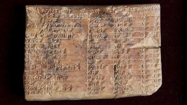 <p>La tablilla babilónica Plimpton 322 presenta cuatro columnas (separadas por tres hendiduras) y 15 filas de números cuneiformes, pero seguramente tuvo más porque está fragmentada. /UNSW/Andrew Kelly</p>