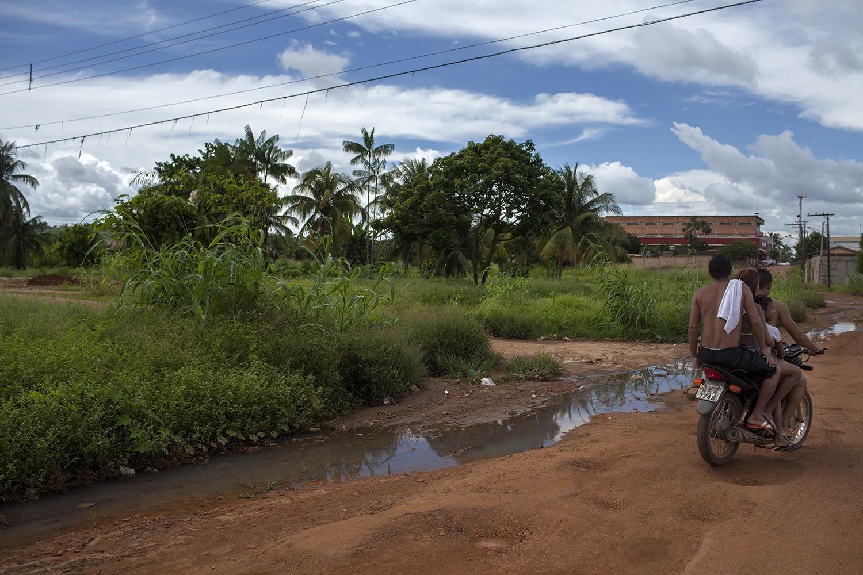 Rua do bairro Brasília, em Altamira, onde o esgoto corre a céu aberto. O índice de coleta de esgoto era de 0% antes do início da construção da usina e continua sendo o mesmo hoje