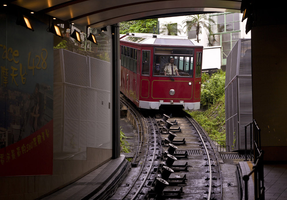 Трамвайчик возит пассажиров от центра города до вершины пика Виктории
