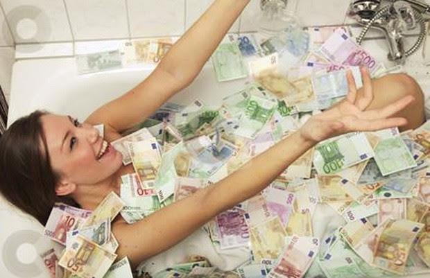 Foto de Jeane Napoles em banheira coberta de dinheiro causou fúria nas Filipinas, e gerou investigações das autoridades fiscais do país (Foto: Reprodução/Facebook/Jeane Lim Napoles)