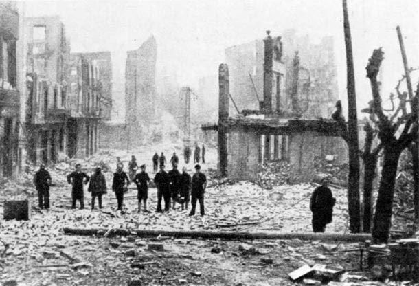 Gernika, destruida, tras el bombardeo del 26 de abril de 1937